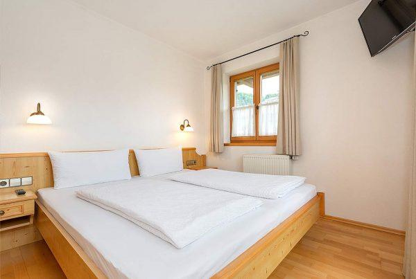 Ferienwohnung Walmberg - Schlafzimmer mit TV